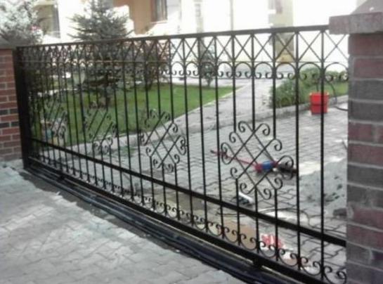Demir bahçe kapıları