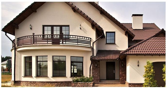 Ev önü, kahverengi PVC pencereler