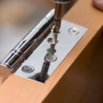Kapı menteşe montajı