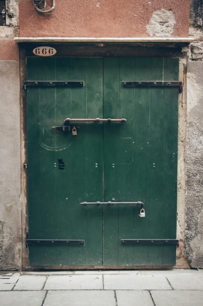 666 numaralı kapı. Bir tek Santa-kroçe ilçesinde 9 tane bulunur(farklı harflerle).