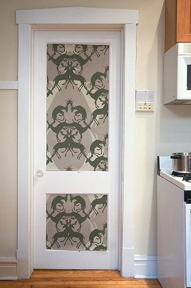 Duvar kâğıdı ile kaplanmış kapı