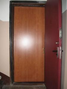Dairede kapı ses yalıtımı yapımının fotoğrafları.